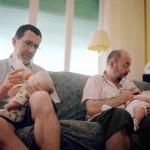 Paolo e Moreno vivono insieme da diciotto anni. Si sono sposati nel 2008 a Montréal e hanno avuto due bambini grazie a una madre surrogata in Canada