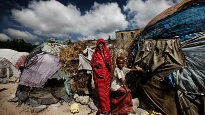 Somalia, 2008. Una donna e un bambino nel campo profughi Al Hijra di Mogadiscio