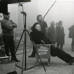 Fellini in pausa sul set di Amarcord. Foto Cineteca di Bologna:Reporters associati