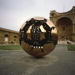 A. Pomodoro, Sfera con sfera, bronzo, 1990, Musei Vaticani, Cortile della Pigna