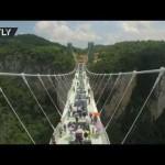 Il ponte di vetro più lungo e alto del mondo è stato appena inaugurato in Cina
