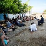 © Michele Ardu (2), Maurizio Caprara durante la lezione di storia davanti al carcere di Fornelli