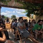 © Michele Ardu, i partecipanti durante una lezione sotto il pergolato a Tumbarino