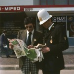1974.un vigile dà indicazioni a un visitatore lungo i viali del quartiere fieristico
