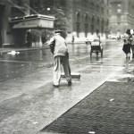5. Saul Leiter, Lo spazzino, 1950 ca
