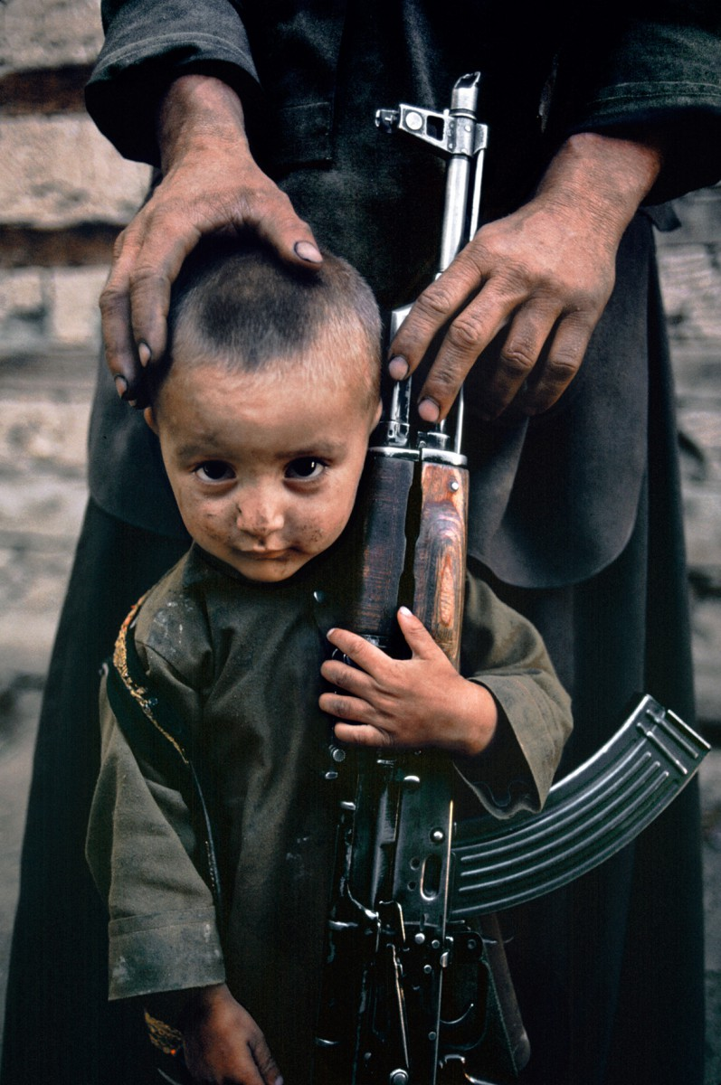AFGHN-10083_15 Un bambino accanto a suo padre, AK-47, Kabul, Afghanistan, 1992