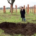 Michael Rakowitz davanti alla fossa. Geniza per Ostia, 2013