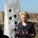 Sigalit Landau davanti a Holes Roles Pillars and Poles, 2013