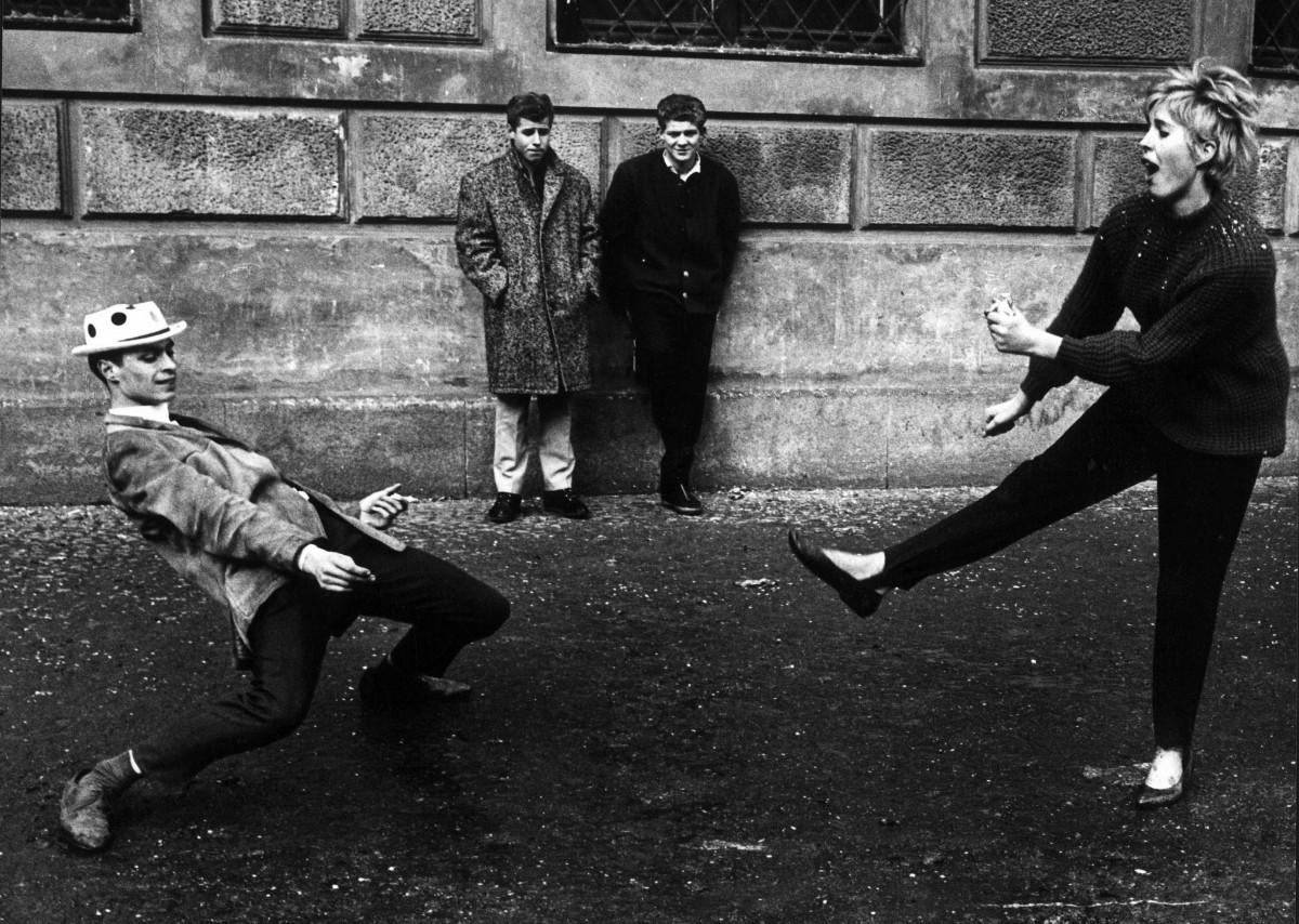 10.Gianni-Berengo-Gardin_Monaco-1965_Una-coppia-si-esibisce-in-un-ballo-scatenato-davanti-agli-occhi-di-due-spettatori-perplessi-e-divertiti