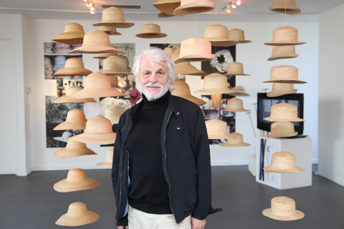 Michele Placido e l'installazione di cappelli