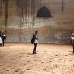 Elisabetta Benassi, The Dry Salvages, 2013, installazione site-specific, circa 10.000 mattoni, sabbia e un libro, dimensioni ambientali. Courtesy l'artista e Magazzino, Roma. Foto Lavinia Collodel (veduta dell'installazione durante il vernissage)