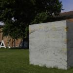 Piero Golia, Untitled (My gold is yours), 2013, cemento e oro zecchino, 2.50x2.50x2.50 m. Courtesy Gagosian Gallery e Bortolami Gallery, New York. Foto Laura Einaudi