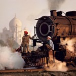 Operai su una locomotiva a vapore, India, 1983 ©Steve McCurry