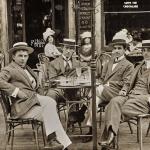 Quattro giovani seduti al tavolino di un caffè1911