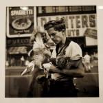 Vivian Maier, Ragazzo con piccioni, s.d.