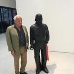 Achille Bonito Oliva posa col Garibaldi di Sisley Xhafa