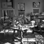 26.-Matisse-with-his-collection-of-Kuba-cloths-and-a-Samoan-tapa-on-the-wall-behind-him_Henri-Cartier-Bresson_0-720x506