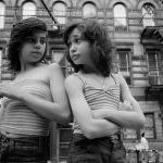 Dee et Lisa, Mott Street, Little Italy, New York, 1976 Série Prince Street Girls, 1975-1990 Susan Meiselas © Susan Meiselas/ Magnum Photos