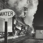 O. Winston Link Licenza al treno a doppia trazione / Highball for the Double Header, 1959 Stampa ai sali d'argento / gelatin silver print, 39 x 48,8 cm © O. Winston Link, courtesy Robert Mann Gallery
