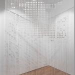 Nina Carini, Cielo ed acqua, Installazione, 468 tessere disegnate con filo nero su rete di scena, foto Lorenzo Palmieri
