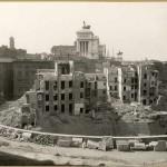 Cesare Faraglia (attivo 1910-1940 ca.), Case in demolizione viste dall'emiciclo dei Mercati di Traiano, 1928