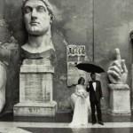 Gianni Berengo Gardin (1930). Sposi nel cortile di palazzo dei Conservatori, 1986