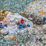 Edward Burtynsky Dandora Landfill #3, Plastics Recycling, Nairobi, Kenya 2016 photo © Edward Burtynsky, courtesy Admira Photography, Milan / Nicholas Metivier Gallery, Toronto