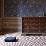 Mare Mare, veduta dell'installazione con opere di Jason Dodge e Daniel Gustav Kramer.  Palazzo Collacchioni, Capalbio.