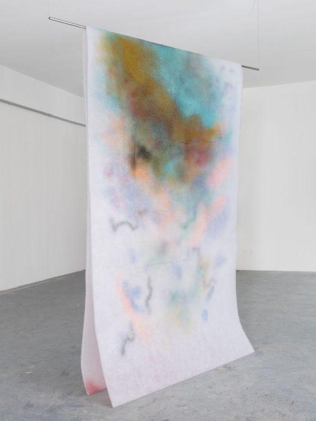 02.Corinna-Gosmaro-Aria-Calda-pittura-a-spray-su-filtro-di-poliestere-150-x-250-x-20-cm-2019--640x853