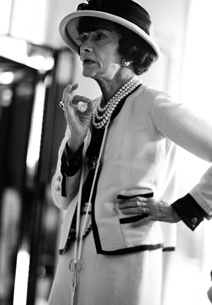 Coco Chanel al lavoro Rue Cambon 31 Parigi, 1962 ©Douglas Kirkland/Photo Op